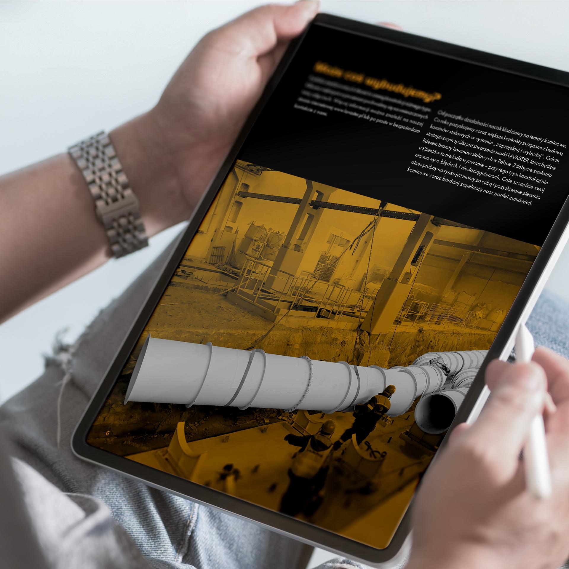 Mężczyzna ogląda na tablecie folder reklamowy firmy Lavaster