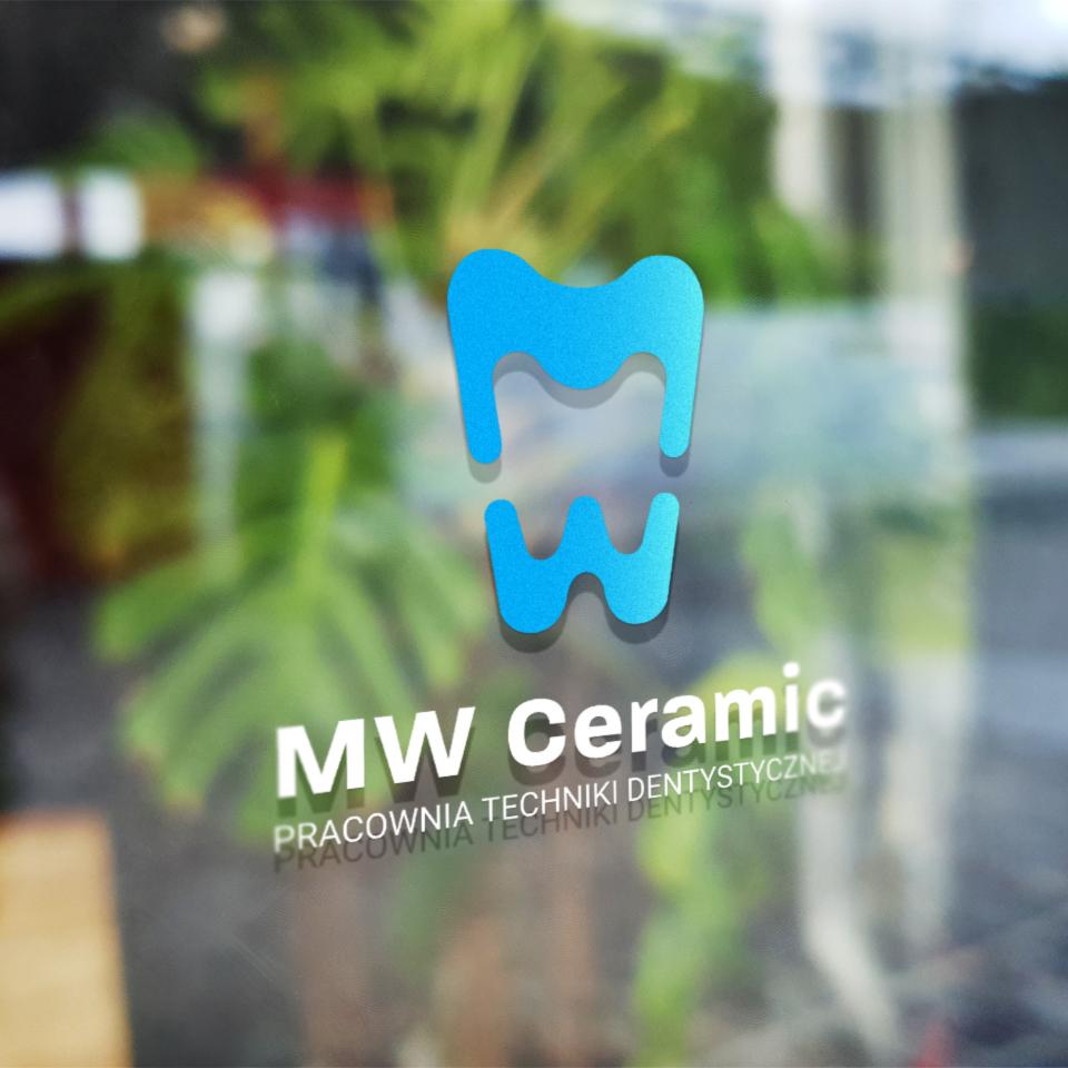 Logo pracowni dentystycznej MW Ceramic widoczne na szybie