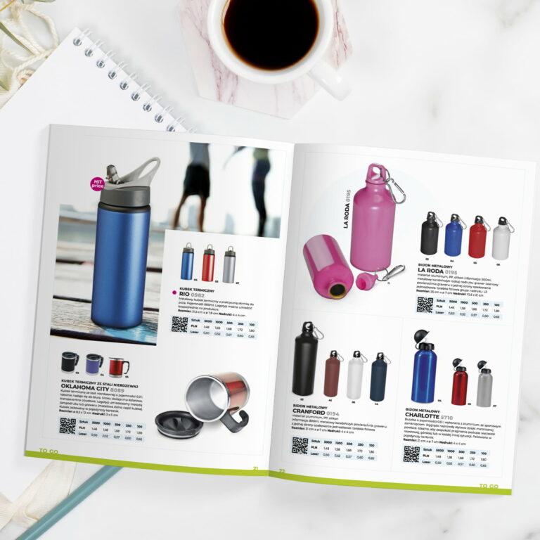 Wizualizacja katalogu z gadżetami firmy Macma, widoczny na tle filiżanki z kawą
