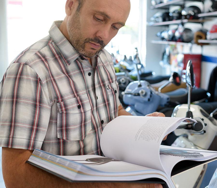 Mężczyzna czyta katalog produktowy