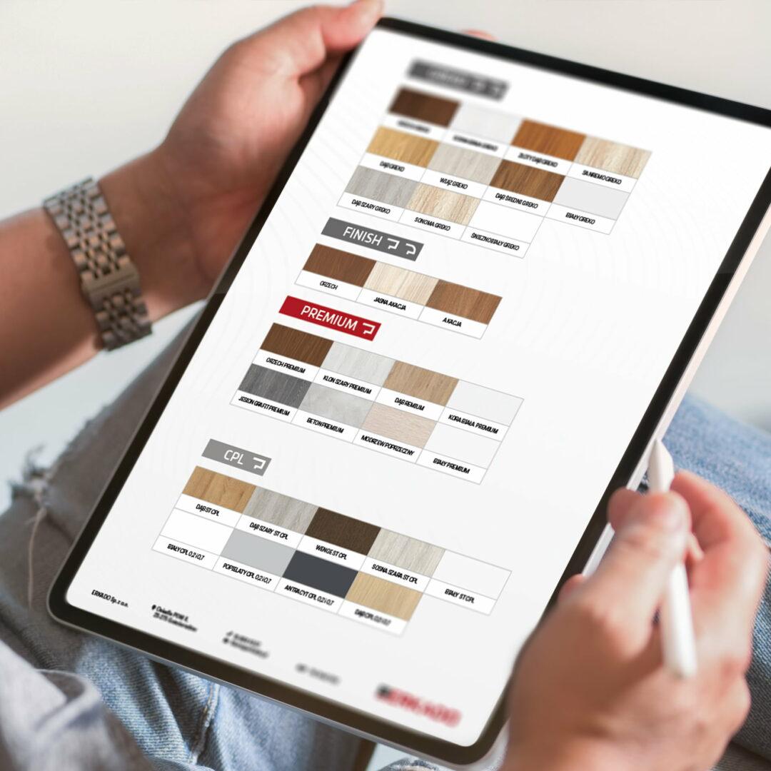 Prezentacja wersji elektronicznej broszury w drzwiami marki Erkado