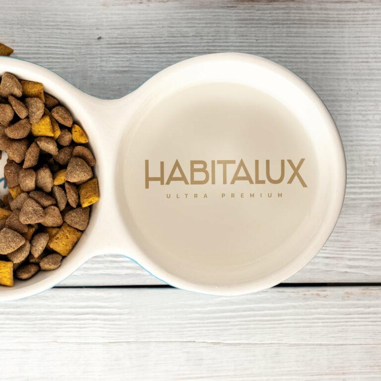 Projekt logo firmy Habitalux umieszczony na misce na karmę dla psa