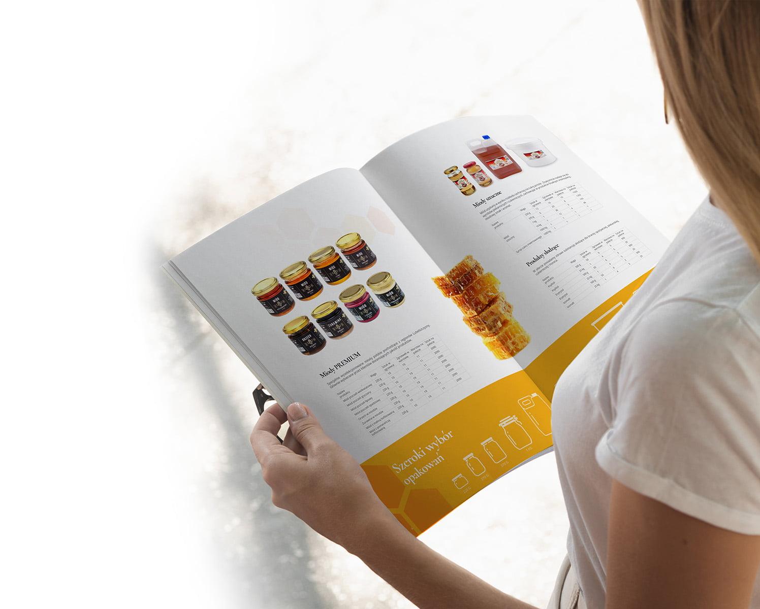 Kobieta czyta katalog produktowy