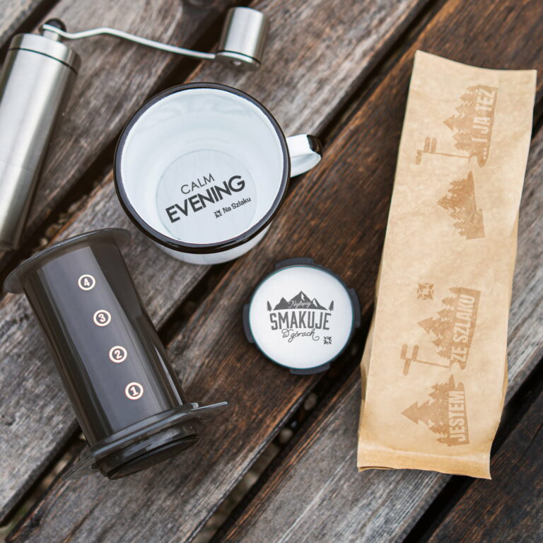 Kubki i torebka na kanapki z ilustracjami dla marki turystycznej Na Szlaku