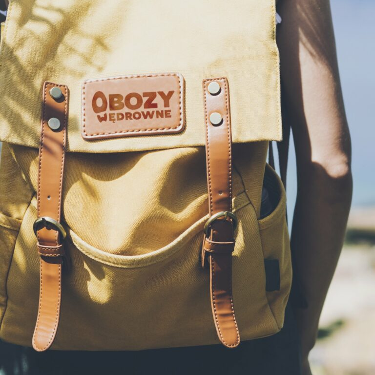 Projekt logo dla firmy turystycznej Obozy Wędrowne na plecaku