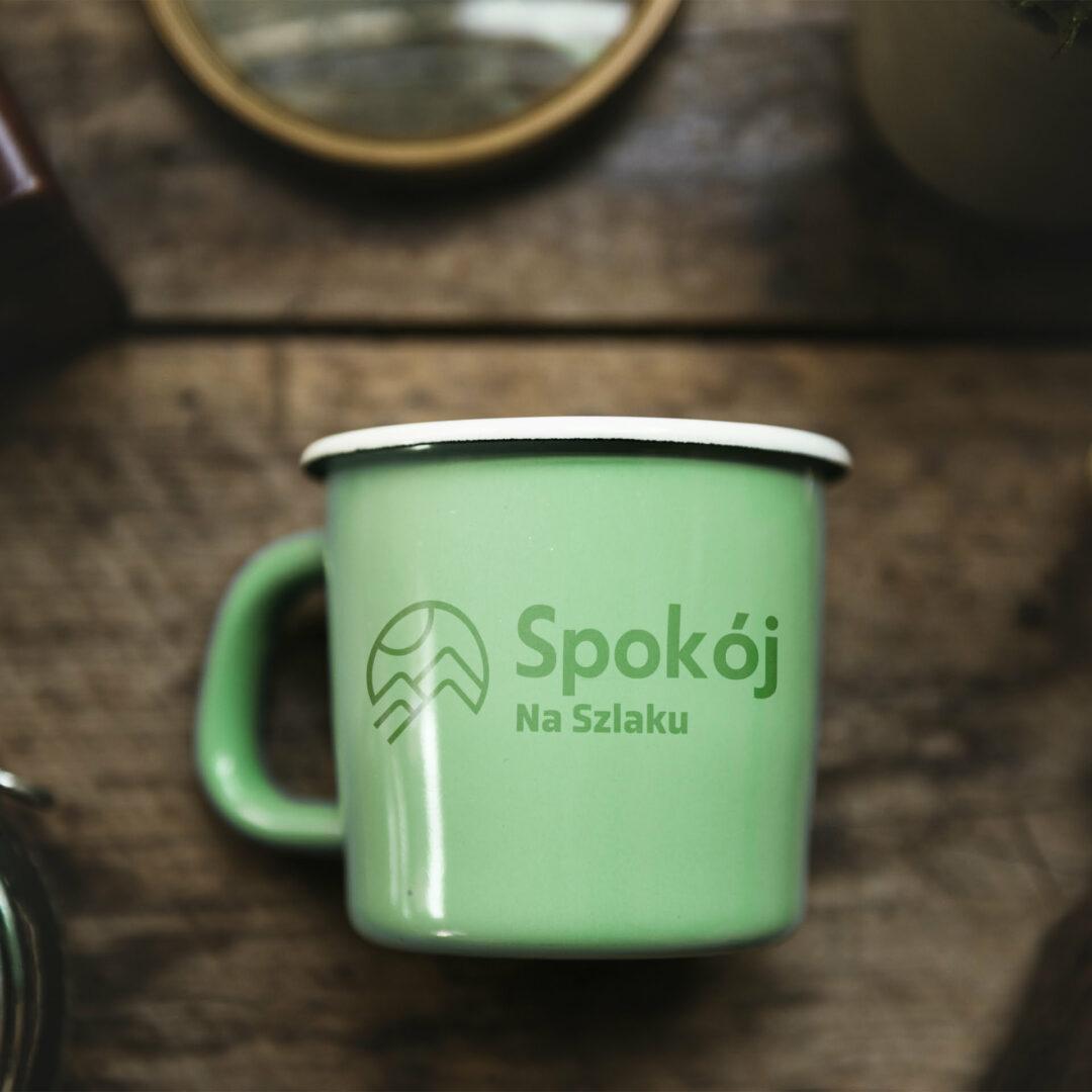 Blaszany kubek z logo firmy Spokój na Szlaku
