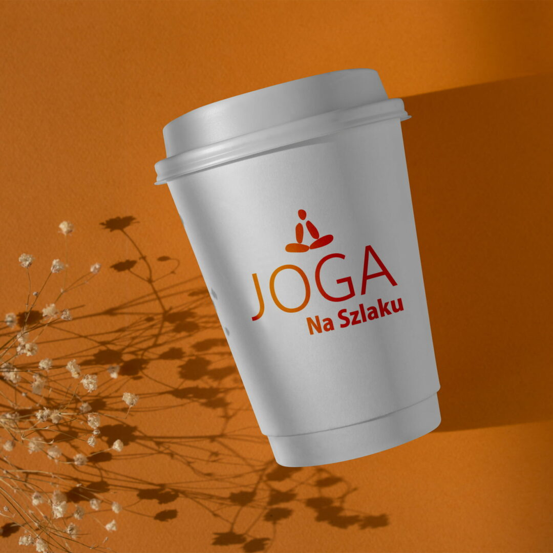 Projekt graficzny logo marki Joga na Szlaku widoczny na kubku
