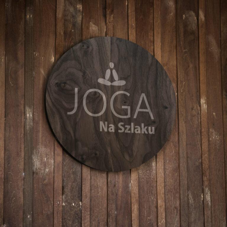 Prezentacja logo na szyldzie marki Joga na Szlaku