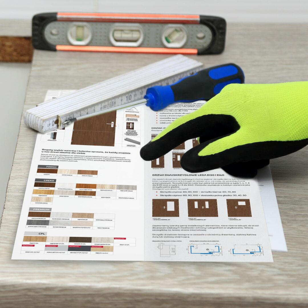 Prezentacja ulotki, która pokazuje sposób montażu drzwi Erkado