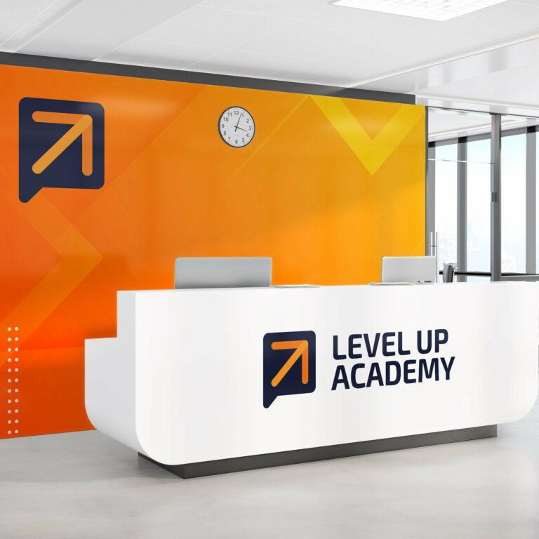 Prezentacja projektu logo firmy szkoleniowej Level Up Academy w scenerii rejestracji