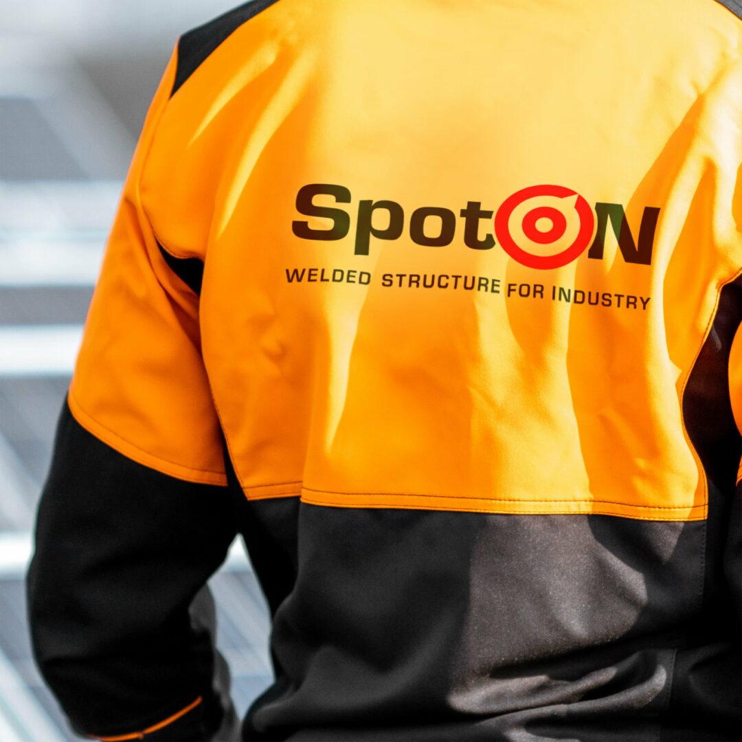 Kurtka firmowa z logo firmy SpotOn zaprojektowanym przez Studio Graficzne Wzór