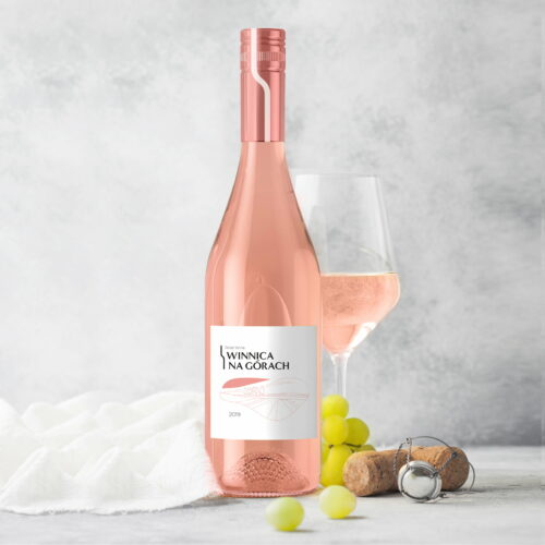 Wino z etykietą, zaprojektowaną przez Wzór Studio Graficzne dla #winnica-na-górach