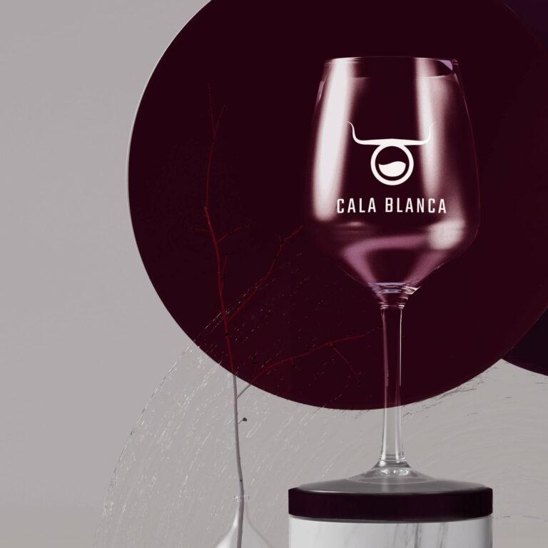 Kieliszek na wino z projektem logo firmy zajmującej się dystrybucją win #cala-blanca