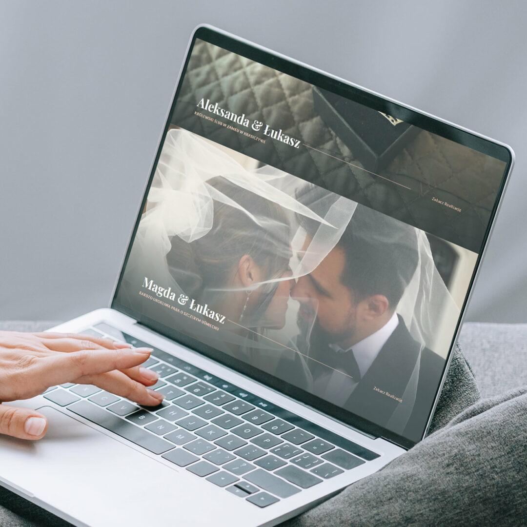 Kobieta ogląda na laptopie projekt strony www studia filmów ślubnych #mimoments