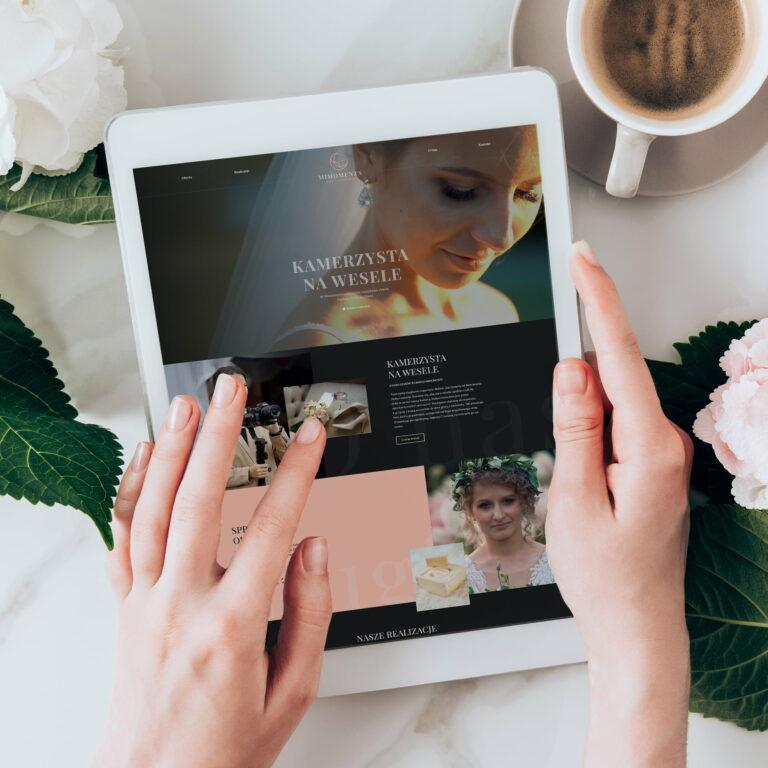 Strona wizerunkowa. Prezentacja projektu strony www studia filmów ślubnych #mimoments widoczna na tablecie